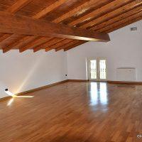 Parquet-in-legno-Massello-Rovere-in-mansarda-lucidato-levigato-posato-battiscopa-in-rovere