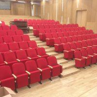 Pavimentazione-Rovere-Auditorium-finita-lucidata-levigata-e-posata-con-inserimento-poltrone-spettatori