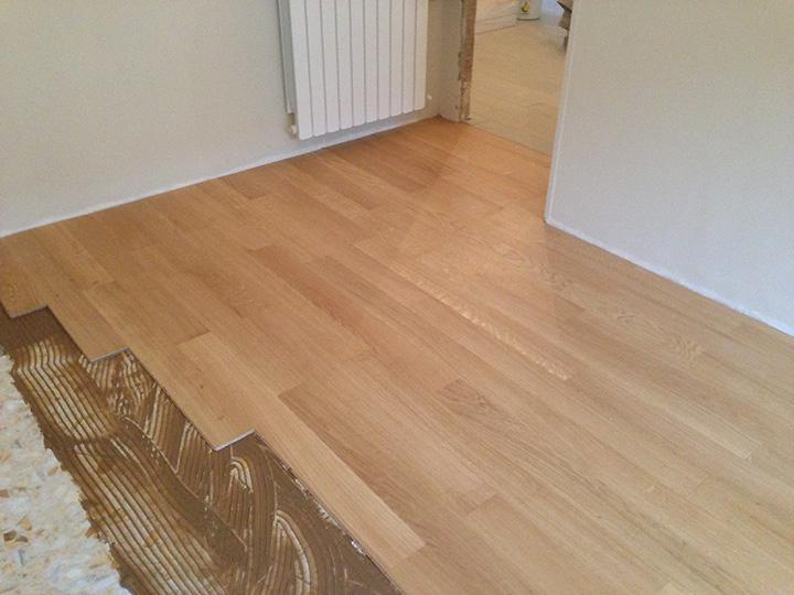 Montaggio parquet prefinito su pavimento di uno studio - Montaggio parquet prefinito flottante ...